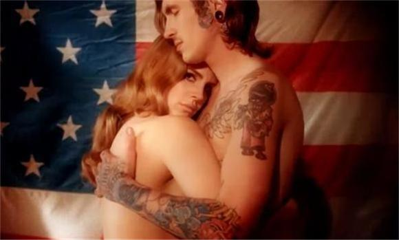 lana-del-rey-topless-born-2-die-592-580